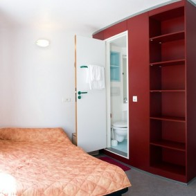 Шкаф с открытыми полками в маленькой комнате