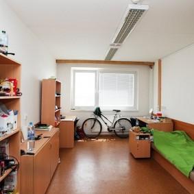 Взрослый велосипед около окна в спальне