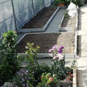 Удобный огород с цементными дорожками между грядками