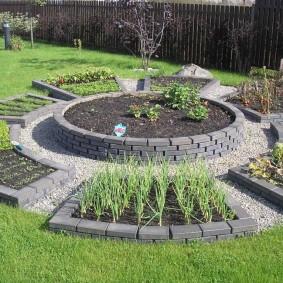 Красивый огород с грядками из декоративного кирпича