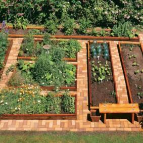 Мощение кирпичом дорожек в огороде