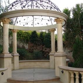 Ротонда на четырех колоннах из природного камня