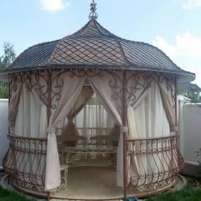 Кованная беседка с купольной крышей