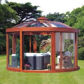 Садовая беседка с прозрачными стенками