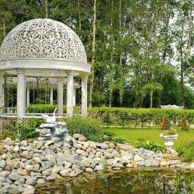 Беседка ротонда в саду классического стиля