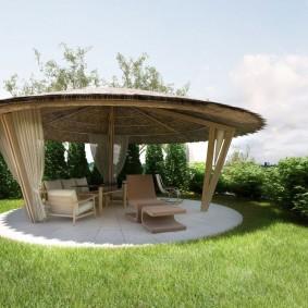 Круглая площадка под садовой беседкой