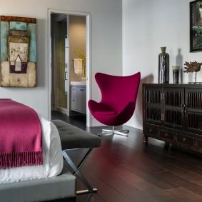 Стильное кресло в дальнем углу гостевой комнаты