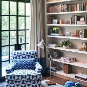 Яркая обивка кресла в комнате с большим окном