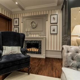 Темное кресло в комнате неоклассического стиля