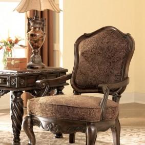 Деревянные подлокотники с резьбой на классическом кресле