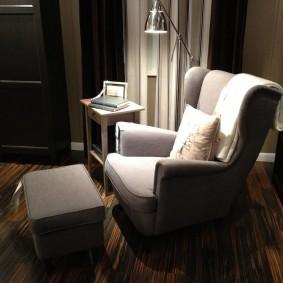 Уютная комната с удобным креслом