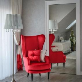 Красное кресло с очень высокой спинкой