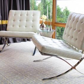 Современные стулья на хромированном каркасе