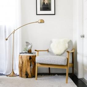 Деревянный пенек в качестве небольшого столика