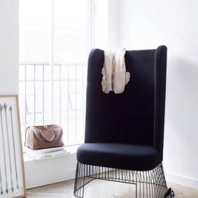 Простое кресло с обивкой темного тона