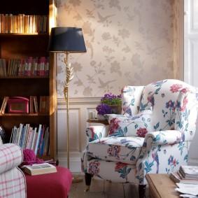 Комфортное кресло с растительным принтом