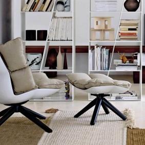 Поворотное кресло без подлокотников в гостиной комнате