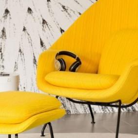 Наушники на сидении мягкого кресла