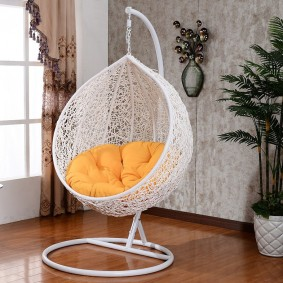 Подвесное кресло белого цвета