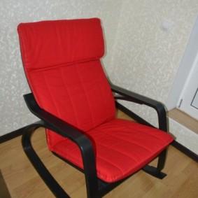 Красная обивка кресла полумягкого типа