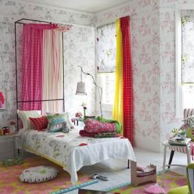 Яркие шторы в интерьере комнаты
