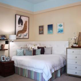 Квадратная кровать в углу комнаты