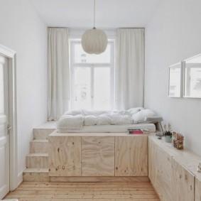 Узкая комната с кроватью на подиуме