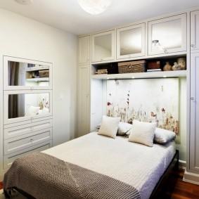 Встроенные шкафчики с зеркальными дверцами
