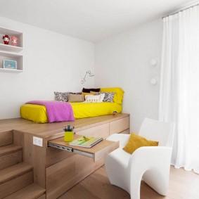 Кровать-матрас на деревянном подиуме
