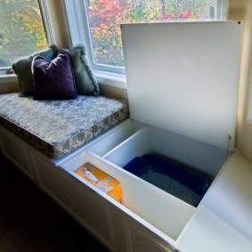 Ящик для вещей в диванчике под окном
