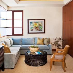 Угловой диван в компактной гостиной
