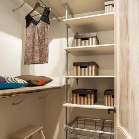 Стеллаж на металлических стойках в женской гардеробной