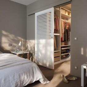 Решетчатая дверь на гардеробной в спальне
