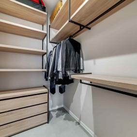 Полки из ДСП в угловом гардеробе
