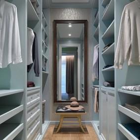Узкое зеркало в маленькой гардеробной комнате