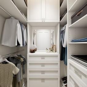 П-образное расположение полок в небольшой гардеробной