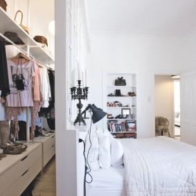 Узкая гардеробная за спинкой кровати