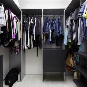 Серая мебель в компактной гардеробной