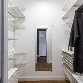 Светлая отделка стен и потолка в небольшой гардеробной