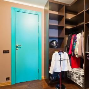 Открытая гардеробная с удобными полками