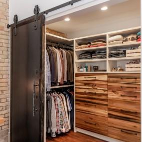 Амбарная дверь в гардеробной лофт стиля