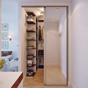 Зеркальные дверцы в отдельной гардеробной