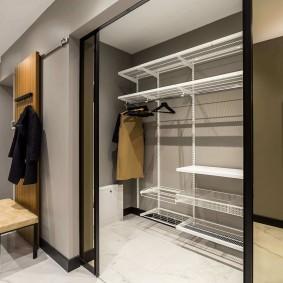 Металлические стеллажи в гардеробной комнате