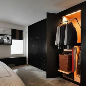 Гардеробный шкаф черного цвета