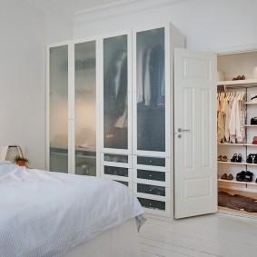 Распашные шкафы с матовыми стеклами