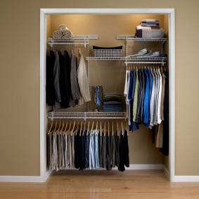Мужская одежда на вешалках в гардеробе