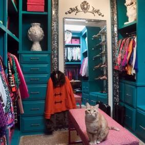 Красивая гардеробная комната хозяйки квартиры