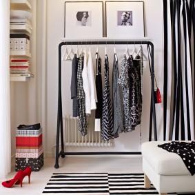Мобильная вешалка вместо гардероба в спальне