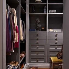 Внешний облик гардеробной в серых тонах