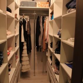 Узкий гардероб площадью в два квадратных метра